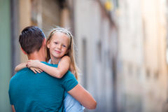 家庭在欧洲 愉快的父亲和小可爱的女孩在夏天意大利语期间的老城市假期 库存图片