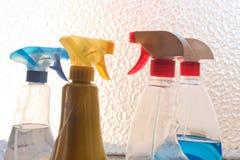 家庭在浪花瓶在窗口旁边- r的清洁产品 免版税库存照片