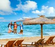 家庭在海的暑假 免版税库存图片