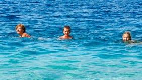 家庭在海(希腊)的暑假 库存照片