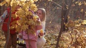 家庭在照相机看通过黄色叶子 股票视频