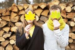 年轻家庭在秋天享用 免版税库存图片