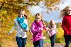 家庭在秋天森林里散步 免版税图库摄影