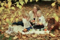家庭在秋天森林里 免版税库存图片