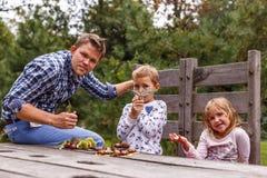 家庭在秋天森林里 库存照片