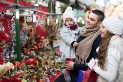 家庭在花卉市场上 免版税库存图片