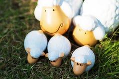 家庭在草甸的绵羊玩偶 库存照片