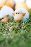 家庭在草甸的绵羊玩偶 免版税库存照片