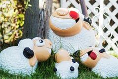 家庭在草甸的绵羊玩偶 免版税图库摄影
