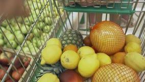 家庭在超级市场做购买 免版税图库摄影