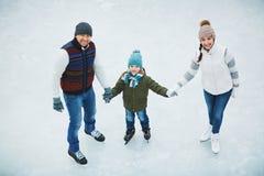 家庭在滑冰场 库存图片