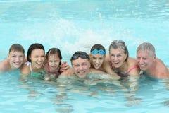家庭在水池放松 免版税图库摄影