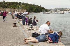 年轻家庭在Conwy捉蟹在码头边的渔 免版税图库摄影