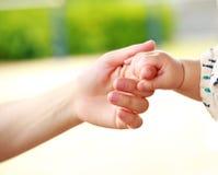 家庭场面、握手的特写镜头父母和婴孩 免版税库存图片