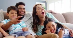 家庭坐沙发和观看的电视 影视素材