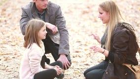 家庭坐路在公园和谈话 影视素材