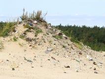 家庭垃圾在含沙小山滚动 转储环境森林垃圾问题 库存图片