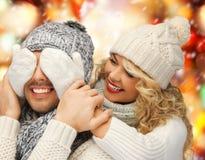 家庭夫妇在一个冬天穿衣 免版税图库摄影