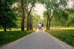 家庭夫妇在一条童话路的森林公园 免版税库存照片