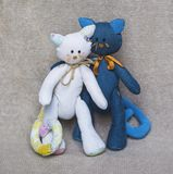 家庭夫妇玩具猫 免版税库存照片