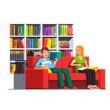 家庭夫妇阅读书坐长沙发 库存例证