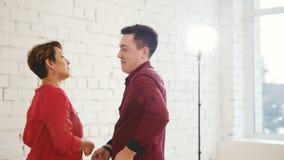 家庭夫妇-男人和妇女在窗口附近跳舞kizomba在白色演播室 股票录像