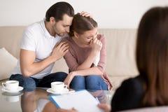 家庭夫妇建议 安慰哀伤的哭泣的妻子的丈夫在 库存照片