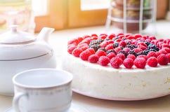 家庭奶油甜点蛋糕用酸奶干酪和jello用莓和黑莓 适当的营养,减重的概念,他 免版税库存图片