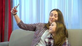 家庭妈妈孩子育儿休闲乐趣selfie微笑 股票视频