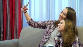 家庭妈妈孩子育儿休闲乐趣selfie微笑 图库摄影