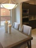 家庭娱乐室和厨房在一个新房里设计 库存照片
