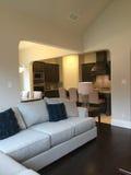 家庭娱乐室和厨房在一个新的现代房子里 免版税库存照片