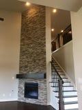 家庭娱乐室和木楼梯在新房里 免版税库存图片