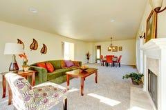 家庭娱乐室和餐厅宽敞乳脂状的口气内部  免版税库存图片