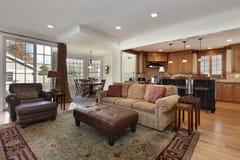 家庭娱乐室有厨房视图 免版税库存图片
