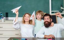 家庭学校 与使用与父母的纸飞机的学生 第一天在学校 孩子的数学 ?? 免版税库存照片