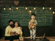 家庭学校 3d概念hdri闪电翻译技术支持 孩子举行玩具熊和执行 当前他的知识的男孩对妈妈和爸爸 聪明 免版税库存图片