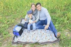 家庭孩子有野餐在秋天季节 免版税库存图片