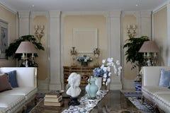 家庭客厅的对称安排 库存图片