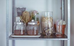 家庭室内装璜花瓶和干花 免版税库存图片