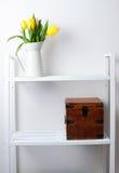 家庭室内装璜: 郁金香和配件箱花束  库存图片