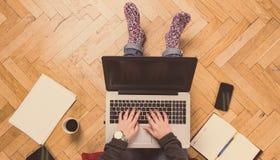 家庭工作区-研究他的膝上型计算机的妇女 免版税库存照片