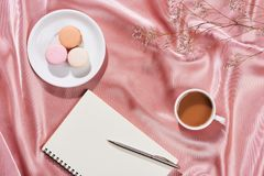 家庭工作 有开放笔记本的, macarons时髦的桌书桌 免版税库存照片