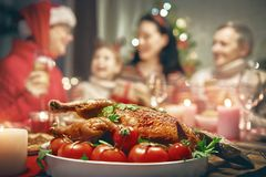 家庭庆祝圣诞节 免版税库存图片