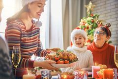 家庭庆祝圣诞节 免版税图库摄影