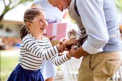 家庭庆祝或一个游园会外面在后院 图库摄影