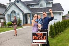 年轻家庭庆祝新房购买外面 库存照片