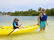 家庭度假乐趣在海岛 免版税图库摄影