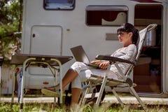 家庭度假旅行,在motorhome RV的假日旅行 免版税图库摄影