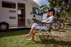家庭度假旅行,在motorhome RV的假日旅行 库存图片
